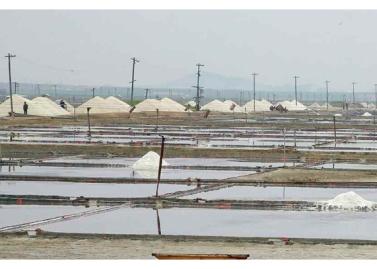 160524 - RS - KIM JONG UN - Marschall KIM JONG UN besuchte die Saline Kwisong - 06 - 경애하는 김정은동지께서 귀성제염소를 현지지도하시면서 인민군대에서 진행하고있는 지하초염수에 의한 소금생산실태를 료해하시였다