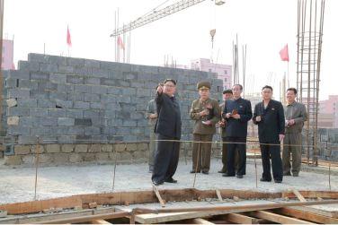160527 - 조선의 오늘 - KIM JONG UN - Marschall KIM JONG UN besichtigte die im Bau befindliche Ryugyong-Augenklinik - 06 - 경애하는 김정은동지께서 귀성제염소를 현지지도하시면서 인민군대에서 진행하고있는 지하초염수에 의한 소금생산실태를 료해하시였다
