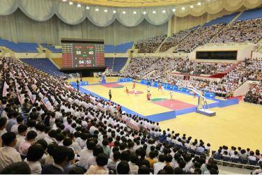 160530 - 조선의 오늘 - KIM JONG UN - Marschall KIM JONG UN sah sich das Herrenbasketballfreundschaftsspiel des Sobaeksu-Teams der DVR Korea und der Olympischen Mannschaft Chinas an - 05 - 경애하는 김정은동지께서 우리 나라 소백수남자롱구팀과 중국올림픽남자롱구팀간의 친선경기를 관람하시였다