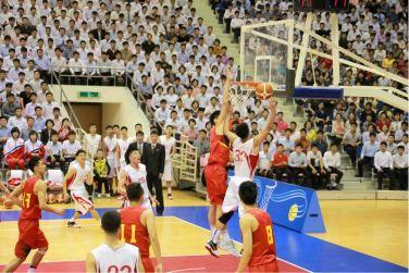160530 - 조선의 오늘 - KIM JONG UN - Marschall KIM JONG UN sah sich das Herrenbasketballfreundschaftsspiel des Sobaeksu-Teams der DVR Korea und der Olympischen Mannschaft Chinas an - 04 - 경애하는 김정은동지께서 우리 나라 소백수남자롱구팀과 중국올림픽남자롱구팀간의 친선경기를 관람하시였다