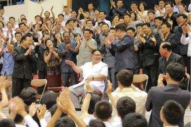 160530 - 조선의 오늘 - KIM JONG UN - Marschall KIM JONG UN sah sich das Herrenbasketballfreundschaftsspiel des Sobaeksu-Teams der DVR Korea und der Olympischen Mannschaft Chinas an - 03 - 경애하는 김정은동지께서 우리 나라 소백수남자롱구팀과 중국올림픽남자롱구팀간의 친선경기를 관람하시였다