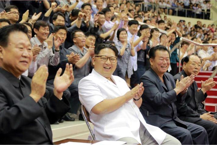 160530 - 조선의 오늘 - KIM JONG UN - Marschall KIM JONG UN sah sich das Herrenbasketballfreundschaftsspiel des Sobaeksu-Teams der DVR Korea und der Olympischen Mannschaft Chinas an - 01 - 경애하는 김정은동지께서 우리 나라 소백수남자롱구팀과 중국올림픽남자롱구팀간의 친선경기를 관람하시였다