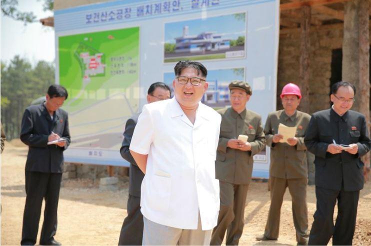 160530 - 조선의 오늘 - KIM JONG UN - Marschall KIM JONG UN sah sich das im Bau befindliche Sauerstoffwerk für Gesundheitspflege an - 01 - 경애하는 김정은동지께서 새로 일떠서고있는 보건산소공장건설장을 현지지도하시였다