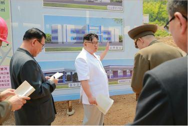 160530 - 조선의 오늘 - KIM JONG UN - Marschall KIM JONG UN sah sich das im Bau befindliche Sauerstoffwerk für Gesundheitspflege an - 02 - 경애하는 김정은동지께서 새로 일떠서고있는 보건산소공장건설장을 현지지도하시였다