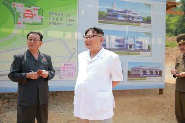160530 - 조선의 오늘 - KIM JONG UN - Marschall KIM JONG UN sah sich das im Bau befindliche Sauerstoffwerk für Gesundheitspflege an - 03 - 경애하는 김정은동지께서 새로 일떠서고있는 보건산소공장건설장을 현지지도하시였다