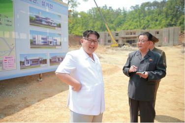 160530 - 조선의 오늘 - KIM JONG UN - Marschall KIM JONG UN sah sich das im Bau befindliche Sauerstoffwerk für Gesundheitspflege an - 04 - 경애하는 김정은동지께서 새로 일떠서고있는 보건산소공장건설장을 현지지도하시였다
