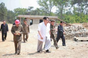 160530 - 조선의 오늘 - KIM JONG UN - Marschall KIM JONG UN sah sich das im Bau befindliche Sauerstoffwerk für Gesundheitspflege an - 05 - 경애하는 김정은동지께서 새로 일떠서고있는 보건산소공장건설장을 현지지도하시였다