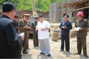 160530 - 조선의 오늘 - KIM JONG UN - Marschall KIM JONG UN sah sich das im Bau befindliche Sauerstoffwerk für Gesundheitspflege an - 06 - 경애하는 김정은동지께서 새로 일떠서고있는 보건산소공장건설장을 현지지도하시였다