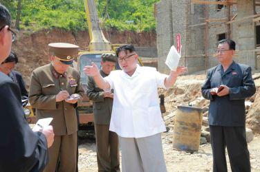 160530 - 조선의 오늘 - KIM JONG UN - Marschall KIM JONG UN sah sich das im Bau befindliche Sauerstoffwerk für Gesundheitspflege an - 07 - 경애하는 김정은동지께서 새로 일떠서고있는 보건산소공장건설장을 현지지도하시였다