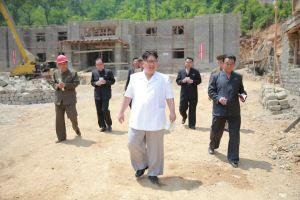 160530 - 조선의 오늘 - KIM JONG UN - Marschall KIM JONG UN sah sich das im Bau befindliche Sauerstoffwerk für Gesundheitspflege an - 08 - 경애하는 김정은동지께서 새로 일떠서고있는 보건산소공장건설장을 현지지도하시였다