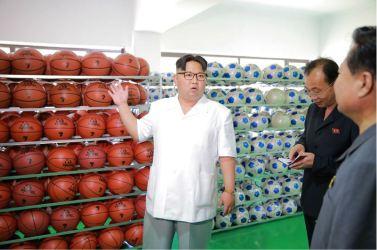 160602 - 조선의 오늘 - KIM JONG UN - Marschall KIM JONG UN sah sich die neu gebaute Pyongyanger Sportgerätefabrik an - 01 - 경애하는 김정은동지께서 새로 건설한 평양체육기자재공장을 현지지도하시였다