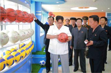 160602 - 조선의 오늘 - KIM JONG UN - Marschall KIM JONG UN sah sich die neu gebaute Pyongyanger Sportgerätefabrik an - 02 - 경애하는 김정은동지께서 새로 건설한 평양체육기자재공장을 현지지도하시였다