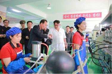 160602 - 조선의 오늘 - KIM JONG UN - Marschall KIM JONG UN sah sich die neu gebaute Pyongyanger Sportgerätefabrik an - 03 - 경애하는 김정은동지께서 새로 건설한 평양체육기자재공장을 현지지도하시였다