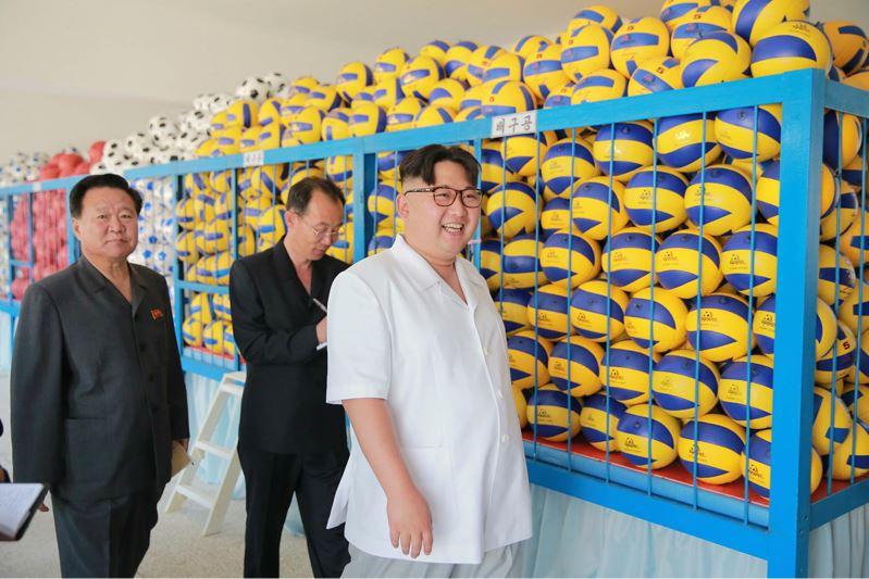 160602 - 조선의 오늘 - KIM JONG UN - Marschall KIM JONG UN sah sich die neu gebaute Pyongyanger Sportgerätefabrik an - 04 - 경애하는 김정은동지께서 새로 건설한 평양체육기자재공장을 현지지도하시였다
