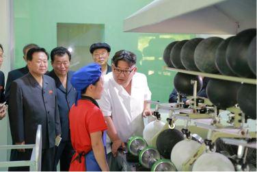 160602 - 조선의 오늘 - KIM JONG UN - Marschall KIM JONG UN sah sich die neu gebaute Pyongyanger Sportgerätefabrik an - 06 - 경애하는 김정은동지께서 새로 건설한 평양체육기자재공장을 현지지도하시였다