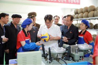 160602 - 조선의 오늘 - KIM JONG UN - Marschall KIM JONG UN sah sich die neu gebaute Pyongyanger Sportgerätefabrik an - 07 - 경애하는 김정은동지께서 새로 건설한 평양체육기자재공장을 현지지도하시였다