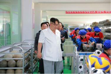 160602 - 조선의 오늘 - KIM JONG UN - Marschall KIM JONG UN sah sich die neu gebaute Pyongyanger Sportgerätefabrik an - 08 - 경애하는 김정은동지께서 새로 건설한 평양체육기자재공장을 현지지도하시였다