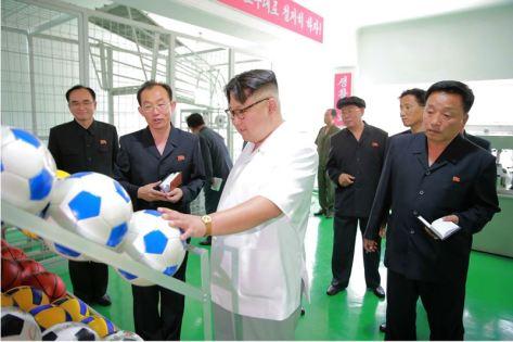 160602 - 조선의 오늘 - KIM JONG UN - Marschall KIM JONG UN sah sich die neu gebaute Pyongyanger Sportgerätefabrik an - 12 - 경애하는 김정은동지께서 새로 건설한 평양체육기자재공장을 현지지도하시였다