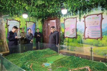 160604 - 조선의 오늘 - KIM JONG UN - Marschall KIM JONG UN besichtigte das neu gestaltete Kinderferienlager Mangyongdae - 03 - 경애하는 김정은동지께서 새로 개건된 만경대소년단야영소를 현지지도하시였다