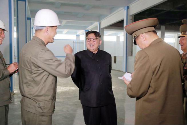 160604 - 조선의 오늘 - KIM JONG UN - Marschall KIM JONG UN sah sich die im Bau befindliche Seifenfabrik Ryongaksan an - 01 - 경애하는 김정은동지께서 새로 일떠서고있는 룡악산비누공장건설장을 현지지도하시였다