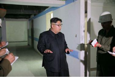 160604 - 조선의 오늘 - KIM JONG UN - Marschall KIM JONG UN sah sich die im Bau befindliche Seifenfabrik Ryongaksan an - 03 - 경애하는 김정은동지께서 새로 일떠서고있는 룡악산비누공장건설장을 현지지도하시였다