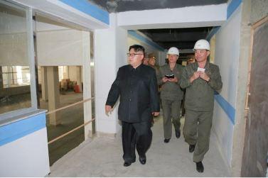 160604 - 조선의 오늘 - KIM JONG UN - Marschall KIM JONG UN sah sich die im Bau befindliche Seifenfabrik Ryongaksan an - 04 - 경애하는 김정은동지께서 새로 일떠서고있는 룡악산비누공장건설장을 현지지도하시였다