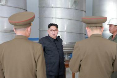 160604 - 조선의 오늘 - KIM JONG UN - Marschall KIM JONG UN sah sich die im Bau befindliche Seifenfabrik Ryongaksan an - 05 - 경애하는 김정은동지께서 새로 일떠서고있는 룡악산비누공장건설장을 현지지도하시였다