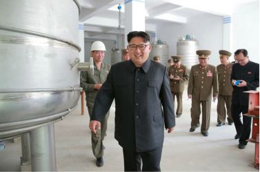 160604 - 조선의 오늘 - KIM JONG UN - Marschall KIM JONG UN sah sich die im Bau befindliche Seifenfabrik Ryongaksan an - 06 - 경애하는 김정은동지께서 새로 일떠서고있는 룡악산비누공장건설장을 현지지도하시였다