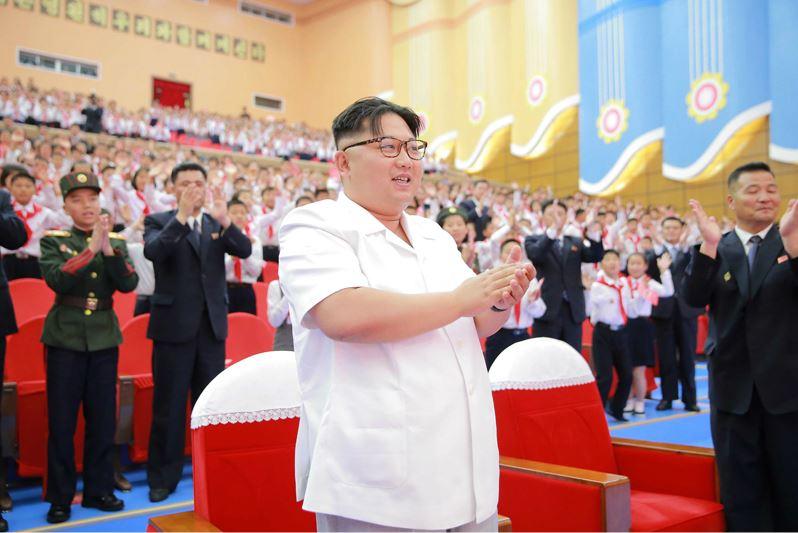 160608 - 조선의 오늘 - KIM JONG UN - Genosse KIM JONG UN wohnte einem Konzert der Schüler zum 70. Gründungstag der Koreanischen Kinderorganisation bei - 01 - 조선소년단창립 70돐경축 학생소년들의 종합공연 《세상에 부럼없어라》 성대히 진행 - 경애하는 김정은동지께서 소년단대표들과 함께 공연을 관람하시였다