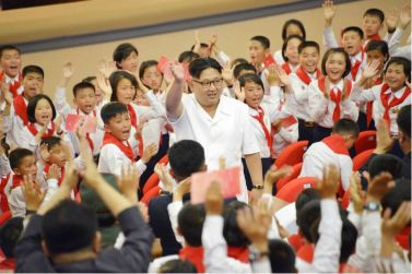 160608 - 조선의 오늘 - KIM JONG UN - Genosse KIM JONG UN wohnte einem Konzert der Schüler zum 70. Gründungstag der Koreanischen Kinderorganisation bei - 02 - 조선소년단창립 70돐경축 학생소년들의 종합공연 《세상에 부럼없어라》 성대히 진행 - 경애하는 김정은동지께서 소년단대표들과 함께 공연을 관람하시였다