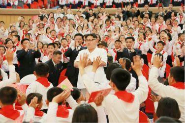 160608 - 조선의 오늘 - KIM JONG UN - Genosse KIM JONG UN wohnte einem Konzert der Schüler zum 70. Gründungstag der Koreanischen Kinderorganisation bei - 03 - 조선소년단창립 70돐경축 학생소년들의 종합공연 《세상에 부럼없어라》 성대히 진행 - 경애하는 김정은동지께서 소년단대표들과 함께 공연을 관람하시였다