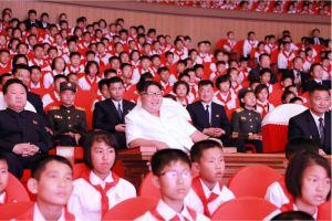 160608 - 조선의 오늘 - KIM JONG UN - Genosse KIM JONG UN wohnte einem Konzert der Schüler zum 70. Gründungstag der Koreanischen Kinderorganisation bei - 04 - 조선소년단창립 70돐경축 학생소년들의 종합공연 《세상에 부럼없어라》 성대히 진행 - 경애하는 김정은동지께서 소년단대표들과 함께 공연을 관람하시였다