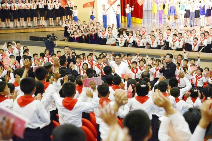 160608 - 조선의 오늘 - KIM JONG UN - Genosse KIM JONG UN wohnte einem Konzert der Schüler zum 70. Gründungstag der Koreanischen Kinderorganisation bei - 05 - 조선소년단창립 70돐경축 학생소년들의 종합공연 《세상에 부럼없어라》 성대히 진행 - 경애하는 김정은동지께서 소년단대표들과 함께 공연을 관람하시였다