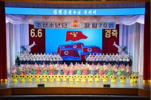 160608 - 조선의 오늘 - KIM JONG UN - Genosse KIM JONG UN wohnte einem Konzert der Schüler zum 70. Gründungstag der Koreanischen Kinderorganisation bei - 06 - 조선소년단창립 70돐경축 학생소년들의 종합공연 《세상에 부럼없어라》 성대히 진행 - 경애하는 김정은동지께서 소년단대표들과 함께 공연을 관람하시였다