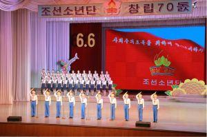 160608 - 조선의 오늘 - KIM JONG UN - Genosse KIM JONG UN wohnte einem Konzert der Schüler zum 70. Gründungstag der Koreanischen Kinderorganisation bei - 07 - 조선소년단창립 70돐경축 학생소년들의 종합공연 《세상에 부럼없어라》 성대히 진행 - 경애하는 김정은동지께서 소년단대표들과 함께 공연을 관람하시였다