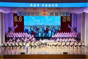 160608 - 조선의 오늘 - KIM JONG UN - Genosse KIM JONG UN wohnte einem Konzert der Schüler zum 70. Gründungstag der Koreanischen Kinderorganisation bei - 08 - 조선소년단창립 70돐경축 학생소년들의 종합공연 《세상에 부럼없어라》 성대히 진행 - 경애하는 김정은동지께서 소년단대표들과 함께 공연을 관람하시였다