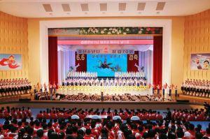 160608 - 조선의 오늘 - KIM JONG UN - Genosse KIM JONG UN wohnte einem Konzert der Schüler zum 70. Gründungstag der Koreanischen Kinderorganisation bei - 09 - 조선소년단창립 70돐경축 학생소년들의 종합공연 《세상에 부럼없어라》 성대히 진행 - 경애하는 김정은동지께서 소년단대표들과 함께 공연을 관람하시였다