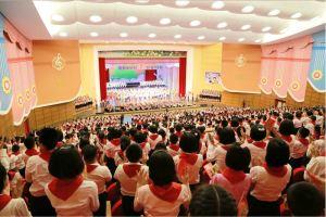 160608 - 조선의 오늘 - KIM JONG UN - Genosse KIM JONG UN wohnte einem Konzert der Schüler zum 70. Gründungstag der Koreanischen Kinderorganisation bei - 10 - 조선소년단창립 70돐경축 학생소년들의 종합공연 《세상에 부럼없어라》 성대히 진행 - 경애하는 김정은동지께서 소년단대표들과 함께 공연을 관람하시였다