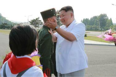 160608 - 조선의 오늘 - KIM JONG UN - Marschall KIM JONG UN liess zum Andenken aus Anlass des 70. Gründungstages der Koreanischen Kinderorganisation fotografieren - 01 - 경애하는 김정은동지께서 조선소년단창립 70돐 경축행사 대표들과 함께 기념사진을 찍으시였다