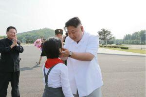 160608 - 조선의 오늘 - KIM JONG UN - Marschall KIM JONG UN liess zum Andenken aus Anlass des 70. Gründungstages der Koreanischen Kinderorganisation fotografieren - 02 - 경애하는 김정은동지께서 조선소년단창립 70돐 경축행사 대표들과 함께 기념사진을 찍으시였다