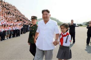 160608 - 조선의 오늘 - KIM JONG UN - Marschall KIM JONG UN liess zum Andenken aus Anlass des 70. Gründungstages der Koreanischen Kinderorganisation fotografieren - 03 - 경애하는 김정은동지께서 조선소년단창립 70돐 경축행사 대표들과 함께 기념사진을 찍으시였다