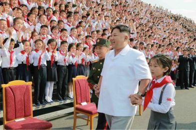 160608 - 조선의 오늘 - KIM JONG UN - Marschall KIM JONG UN liess zum Andenken aus Anlass des 70. Gründungstages der Koreanischen Kinderorganisation fotografieren - 04 - 경애하는 김정은동지께서 조선소년단창립 70돐 경축행사 대표들과 함께 기념사진을 찍으시였다