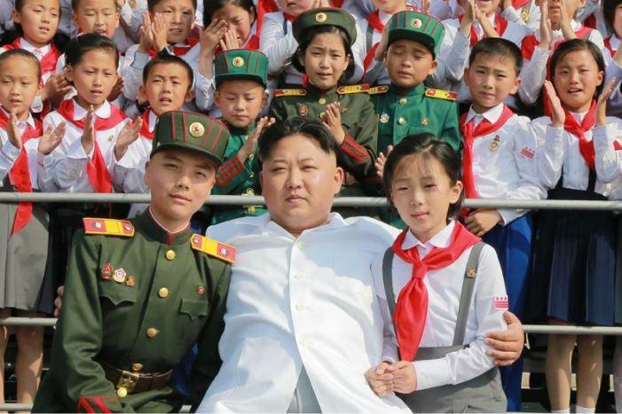 160608 - 조선의 오늘 - KIM JONG UN - Marschall KIM JONG UN liess zum Andenken aus Anlass des 70. Gründungstages der Koreanischen Kinderorganisation fotografieren - 05 - 경애하는 김정은동지께서 조선소년단창립 70돐 경축행사 대표들과 함께 기념사진을 찍으시였다