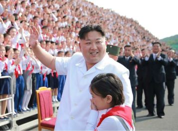160608 - 조선의 오늘 - KIM JONG UN - Marschall KIM JONG UN liess zum Andenken aus Anlass des 70. Gründungstages der Koreanischen Kinderorganisation fotografieren - 06 - 경애하는 김정은동지께서 조선소년단창립 70돐 경축행사 대표들과 함께 기념사진을 찍으시였다