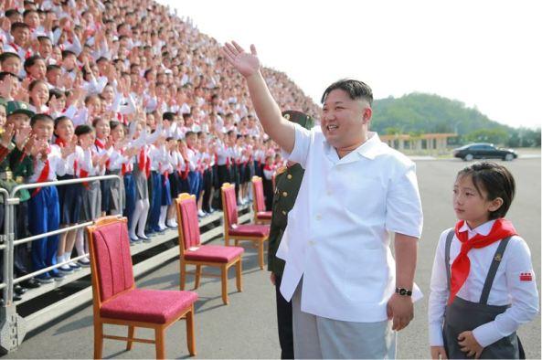 160608 - 조선의 오늘 - KIM JONG UN - Marschall KIM JONG UN liess zum Andenken aus Anlass des 70. Gründungstages der Koreanischen Kinderorganisation fotografieren - 07 - 경애하는 김정은동지께서 조선소년단창립 70돐 경축행사 대표들과 함께 기념사진을 찍으시였다