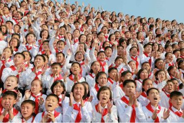 160608 - 조선의 오늘 - KIM JONG UN - Marschall KIM JONG UN liess zum Andenken aus Anlass des 70. Gründungstages der Koreanischen Kinderorganisation fotografieren - 08 - 경애하는 김정은동지께서 조선소년단창립 70돐 경축행사 대표들과 함께 기념사진을 찍으시였다