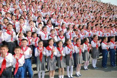 160608 - 조선의 오늘 - KIM JONG UN - Marschall KIM JONG UN liess zum Andenken aus Anlass des 70. Gründungstages der Koreanischen Kinderorganisation fotografieren - 09 - 경애하는 김정은동지께서 조선소년단창립 70돐 경축행사 대표들과 함께 기념사진을 찍으시였다