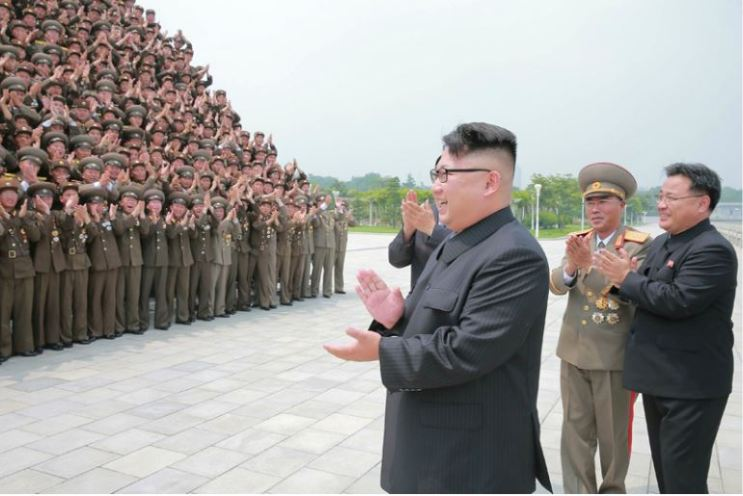 160629 - 조선의 오늘 - KIM JONG UN - Marschall KIM JONG UN ließ mit den Raketenherstellern ein Erinnerungsfoto machen - 01 - 경애하는 김정은동지께서 지상대지상중장거리전략탄도로케트 《화성-10》시험발사성공에 기여한 성원들과 함께 기념사진을 찍으시였다