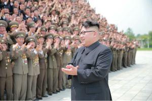 160629 - 조선의 오늘 - KIM JONG UN - Marschall KIM JONG UN ließ mit den Raketenherstellern ein Erinnerungsfoto machen - 02 - 경애하는 김정은동지께서 지상대지상중장거리전략탄도로케트 《화성-10》시험발사성공에 기여한 성원들과 함께 기념사진을 찍으시였다
