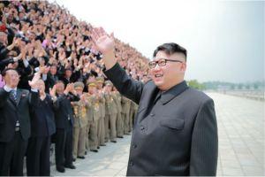 160629 - 조선의 오늘 - KIM JONG UN - Marschall KIM JONG UN ließ mit den Raketenherstellern ein Erinnerungsfoto machen - 03 - 경애하는 김정은동지께서 지상대지상중장거리전략탄도로케트 《화성-10》시험발사성공에 기여한 성원들과 함께 기념사진을 찍으시였다
